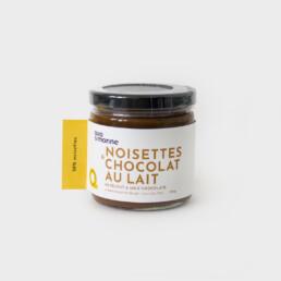 Tartinade noisettes & chocolat au lait Allo Simonne est savoureuse! Délectez-vous à chaque bouchée sans hésitez. Seulement 4 ingrédients pour cette tartinade! Plus de 70% de noisettes torréfiées, un sucre de canne caramélisé, de la vanille fraiche et de la fleur de sel.