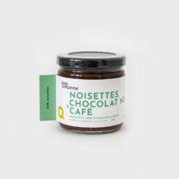 Tartinade noisettes & chocolat café Allo Simonne est savoureuse! Délectez-vous à chaque bouchée sans hésitez. Seulement 4 ingrédients pour cette tartinade! Plus de 70% de noisettes torréfiées, un sucre de canne caramélisé, de la vanille fraiche, café et de la fleur de sel.